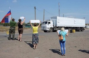 Locals in Lugansk greet Russian aid workers