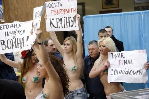 Ukrainian women get naked and hold signs in public